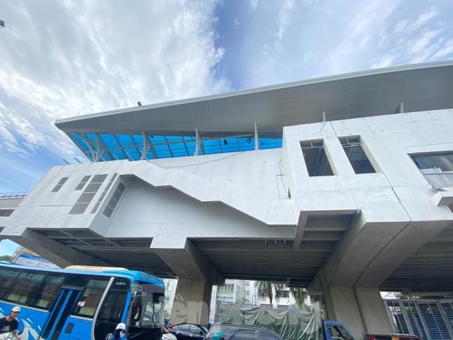 Công nhân đội nắng hoàn thiện nhà ga tuyến đường sắt Nhổn - ga Hà Nội. ảnh 13