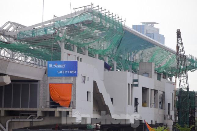 Công nhân đội nắng hoàn thiện nhà ga tuyến đường sắt Nhổn - ga Hà Nội. ảnh 4