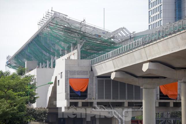 Công nhân đội nắng hoàn thiện nhà ga tuyến đường sắt Nhổn - ga Hà Nội. ảnh 5