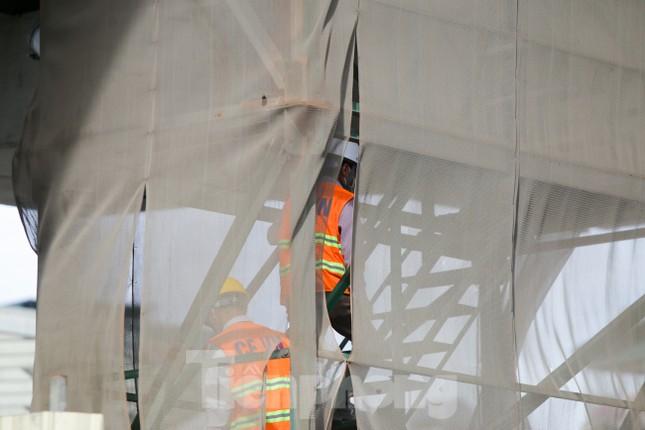 Công nhân đội nắng hoàn thiện nhà ga tuyến đường sắt Nhổn - ga Hà Nội. ảnh 7