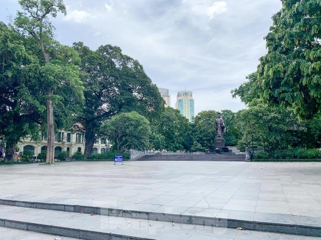 Nắng 50 độ C, đường Hà Nội vắng 'như chùa bà đanh' ảnh 5