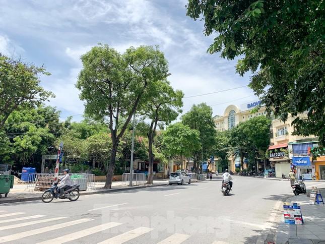 Nắng 50 độ C, đường Hà Nội vắng 'như chùa bà đanh' ảnh 6