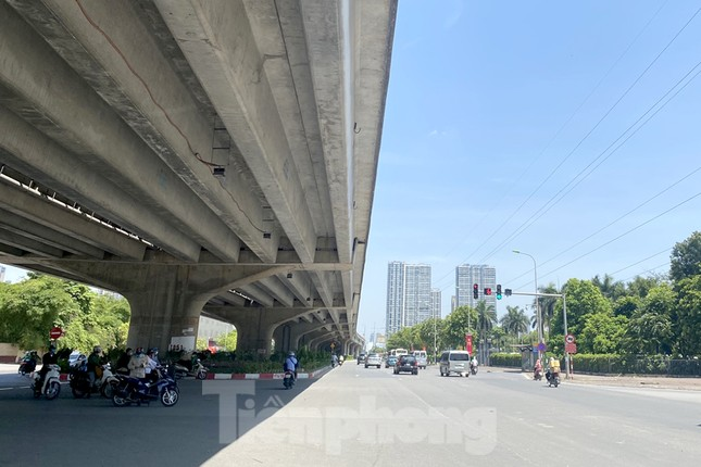 Nắng 50 độ C, đường Hà Nội vắng 'như chùa bà đanh' ảnh 11