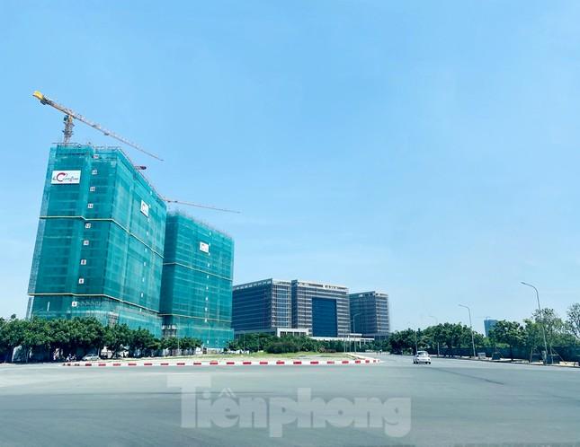 Nắng 50 độ C, đường Hà Nội vắng 'như chùa bà đanh' ảnh 10
