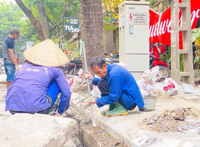 Nhiều phố Hà Nội chưa hạ ngầm theo quy định vẫn vô tư lát đá vỉa hè ảnh 3