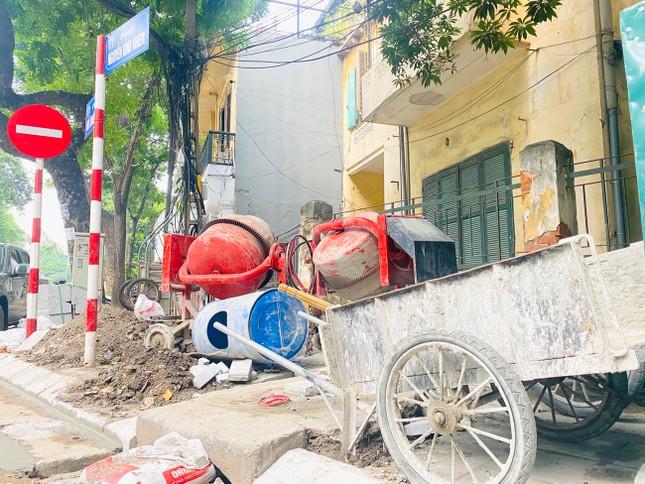 Nhiều phố Hà Nội chưa hạ ngầm theo quy định vẫn vô tư lát đá vỉa hè ảnh 1