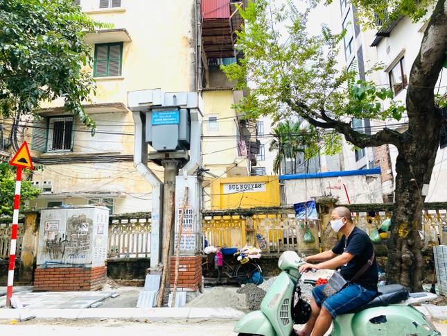 Nhiều phố Hà Nội chưa hạ ngầm theo quy định vẫn vô tư lát đá vỉa hè ảnh 5
