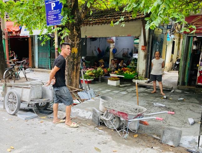 Nhiều phố Hà Nội chưa hạ ngầm theo quy định vẫn vô tư lát đá vỉa hè ảnh 8