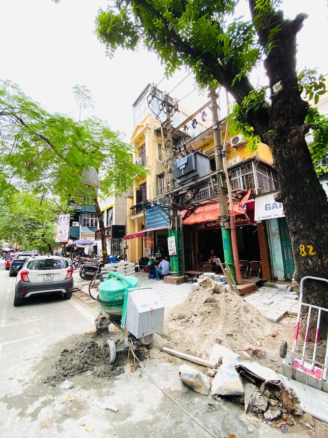 Nhiều phố Hà Nội chưa hạ ngầm theo quy định vẫn vô tư lát đá vỉa hè ảnh 9