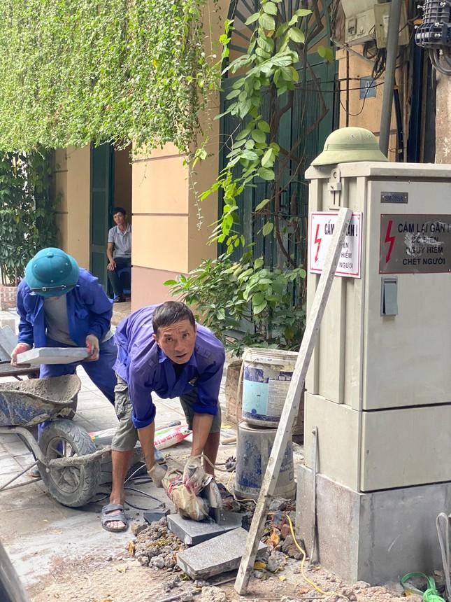 Nhiều phố Hà Nội chưa hạ ngầm theo quy định vẫn vô tư lát đá vỉa hè ảnh 6