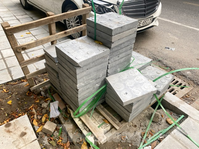 Nhiều phố Hà Nội chưa hạ ngầm theo quy định vẫn vô tư lát đá vỉa hè ảnh 10