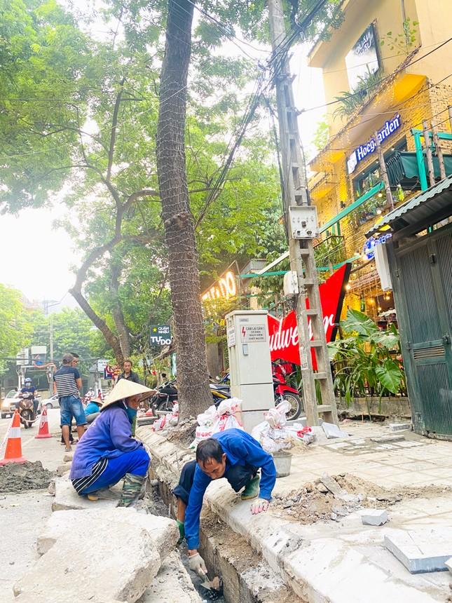 Nhiều phố Hà Nội chưa hạ ngầm theo quy định vẫn vô tư lát đá vỉa hè ảnh 7