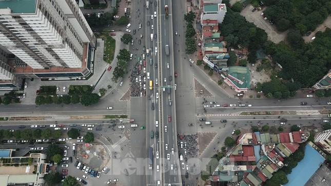 Rào chắn thi công hầm chui Lê Văn Lương tại nút giao 10 làn xe ảnh 2