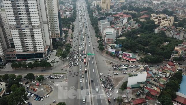 Rào chắn thi công hầm chui Lê Văn Lương tại nút giao 10 làn xe ảnh 9