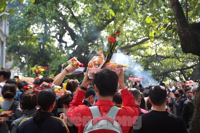 Người dân Thủ đô chen chân đi lễ Phủ Tây Hồ ngày đầu tháng 11 âm lịch ảnh 8