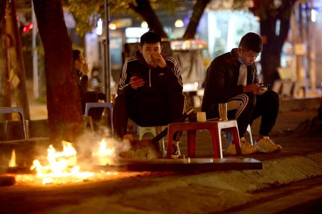Người lao động nghèo mưu sinh trong đêm đông rét buốt ở Hà Nội ảnh 10