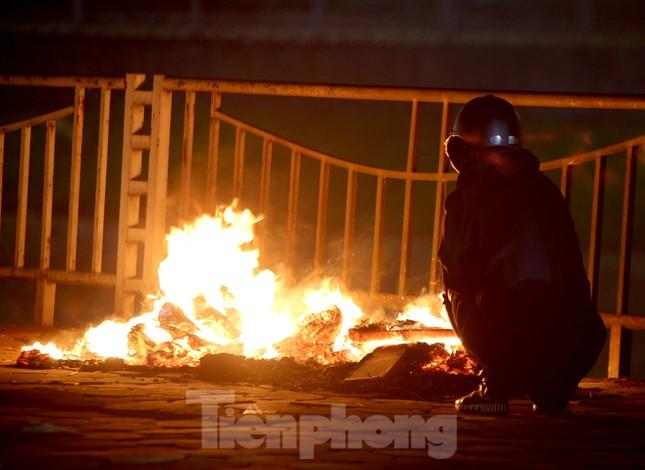 Người lao động nghèo mưu sinh trong đêm đông rét buốt ở Hà Nội ảnh 9