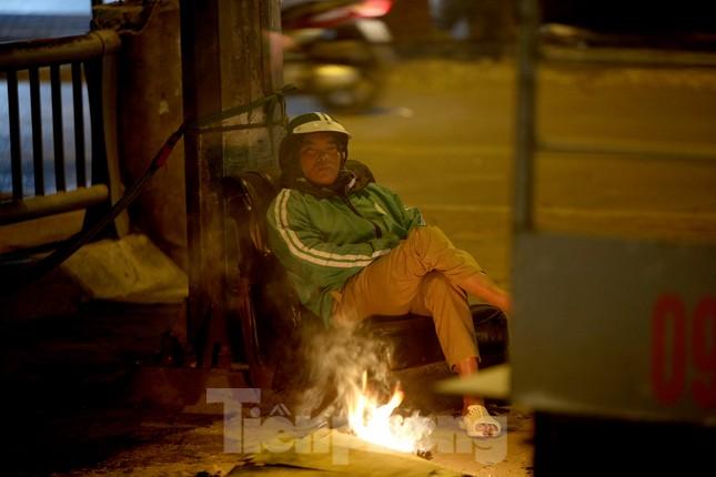 Người lao động nghèo mưu sinh trong đêm đông rét buốt ở Hà Nội ảnh 3