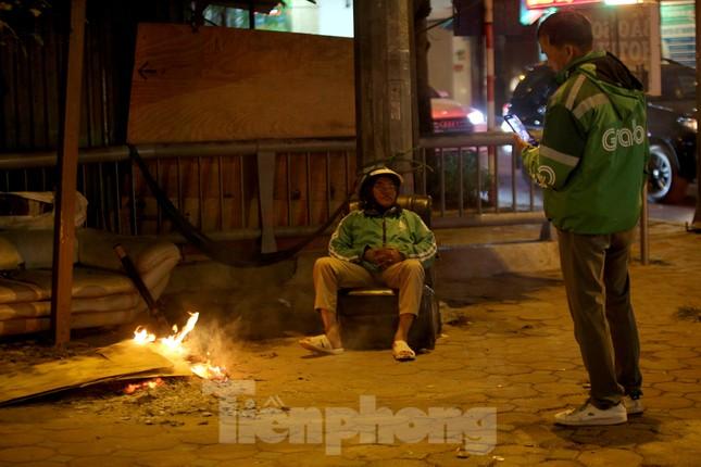 Người lao động nghèo mưu sinh trong đêm đông rét buốt ở Hà Nội ảnh 4