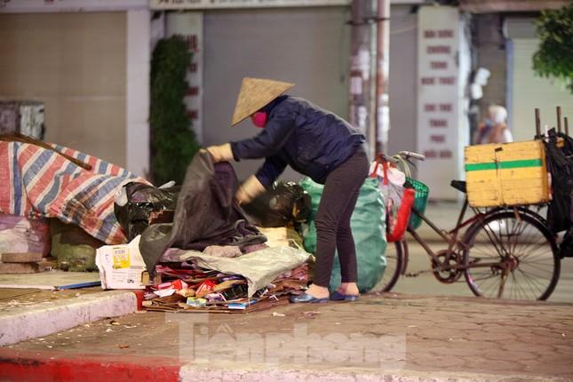 Người lao động nghèo mưu sinh trong đêm đông rét buốt ở Hà Nội ảnh 12