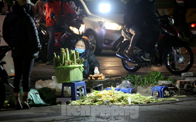 Người lao động nghèo mưu sinh trong đêm đông rét buốt ở Hà Nội ảnh 13