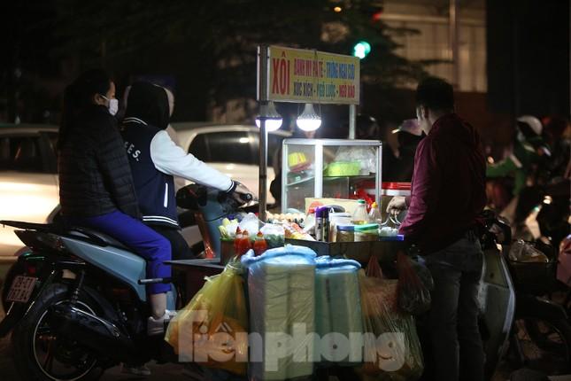 Người lao động nghèo mưu sinh trong đêm đông rét buốt ở Hà Nội ảnh 14