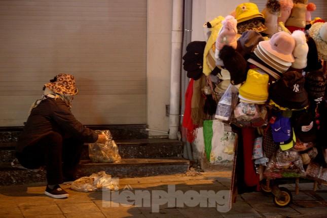 Người lao động nghèo mưu sinh trong đêm đông rét buốt ở Hà Nội ảnh 8