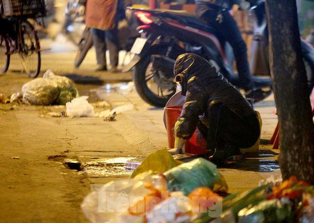 Người lao động nghèo mưu sinh trong đêm đông rét buốt ở Hà Nội ảnh 11