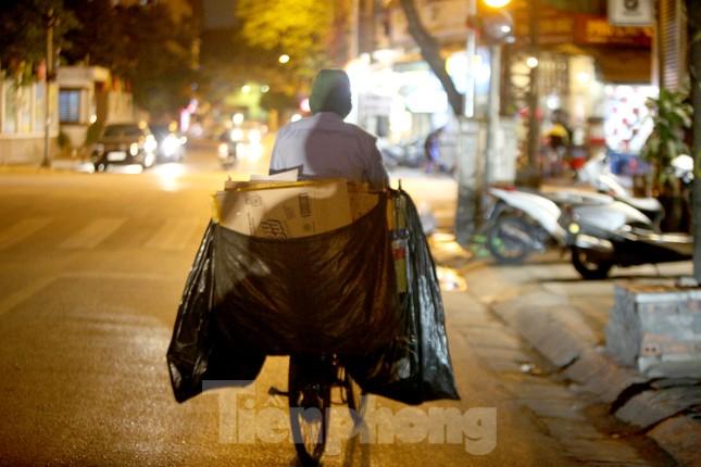 Người lao động nghèo mưu sinh trong đêm đông rét buốt ở Hà Nội ảnh 2