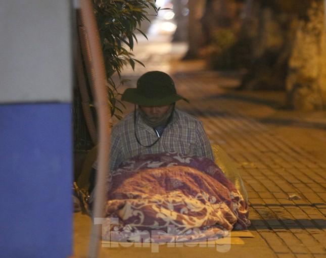 Người lao động nghèo mưu sinh trong đêm đông rét buốt ở Hà Nội ảnh 5