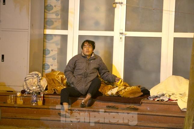 Người lao động nghèo mưu sinh trong đêm đông rét buốt ở Hà Nội ảnh 7