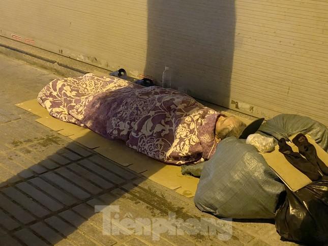 Người lao động nghèo mưu sinh trong đêm đông rét buốt ở Hà Nội ảnh 6