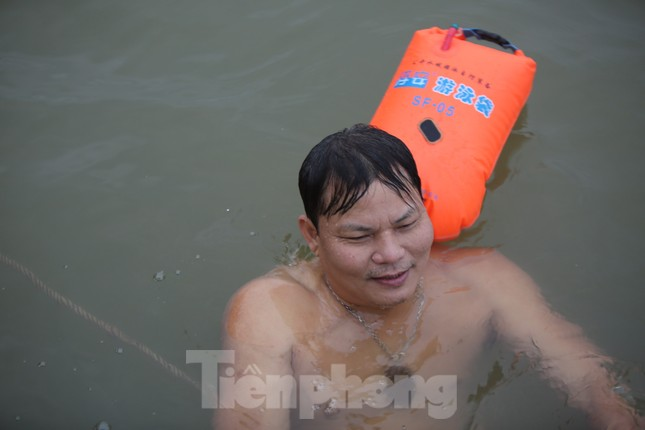 'Sốc' người dân Hà Nội vẫn bơi giữa sông Hồng trong giá rét căm căm ảnh 3