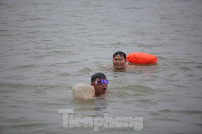 'Sốc' người dân Hà Nội vẫn bơi giữa sông Hồng trong giá rét căm căm ảnh 2