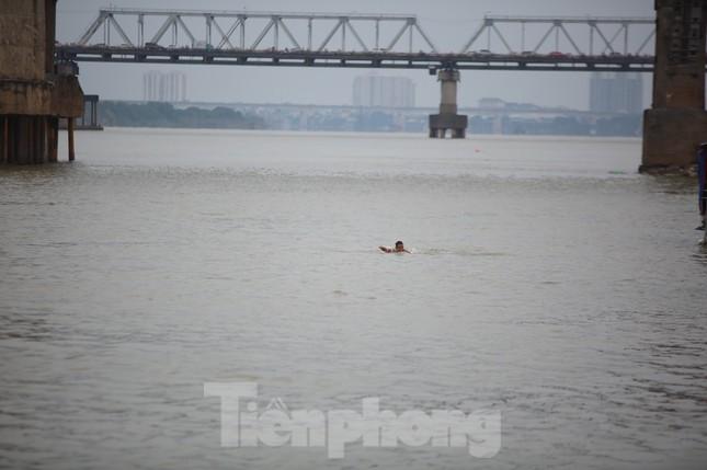 'Sốc' người dân Hà Nội vẫn bơi giữa sông Hồng trong giá rét căm căm ảnh 1