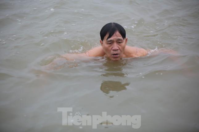 'Sốc' người dân Hà Nội vẫn bơi giữa sông Hồng trong giá rét căm căm ảnh 4
