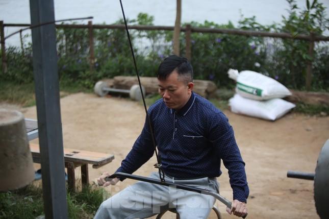 'Sốc' người dân Hà Nội vẫn bơi giữa sông Hồng trong giá rét căm căm ảnh 9