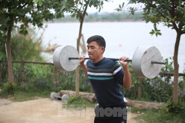 'Sốc' người dân Hà Nội vẫn bơi giữa sông Hồng trong giá rét căm căm ảnh 10