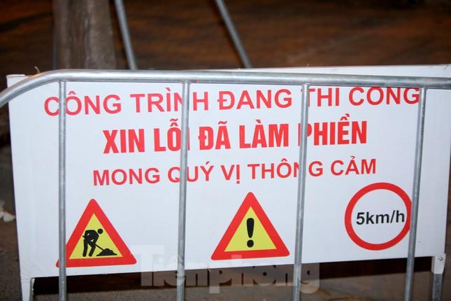 Công nhân trắng đêm thi công hầm chui- nút giao Lê Văn Lương ảnh 2