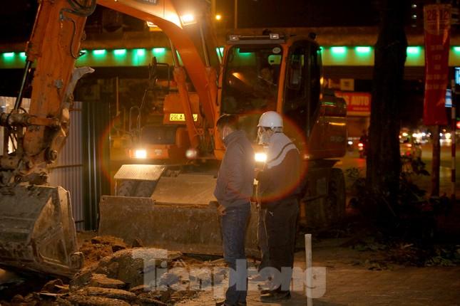 Công nhân trắng đêm thi công hầm chui- nút giao Lê Văn Lương ảnh 1