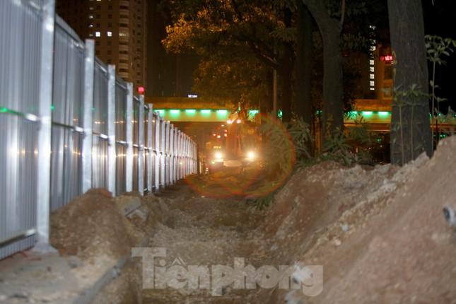 Công nhân trắng đêm thi công hầm chui- nút giao Lê Văn Lương ảnh 9