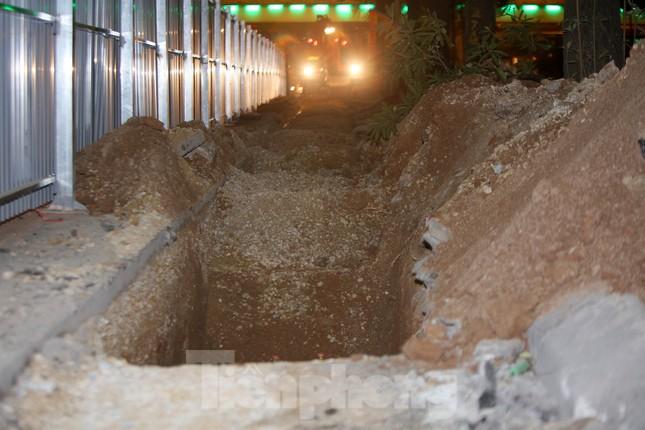 Công nhân trắng đêm thi công hầm chui- nút giao Lê Văn Lương ảnh 7
