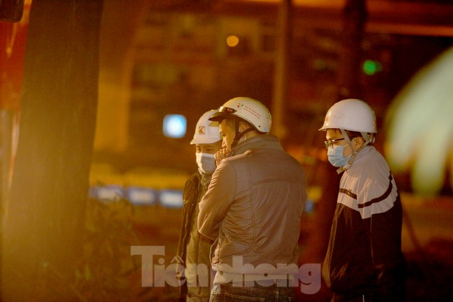 Công nhân trắng đêm thi công hầm chui- nút giao Lê Văn Lương ảnh 4