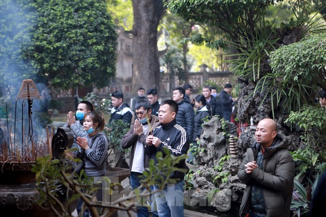 Nhiều người Hà Nội tranh thủ nghỉ trưa đi lễ 'Tứ trấn' ngày mùng 1 cuối cùng của năm ảnh 7