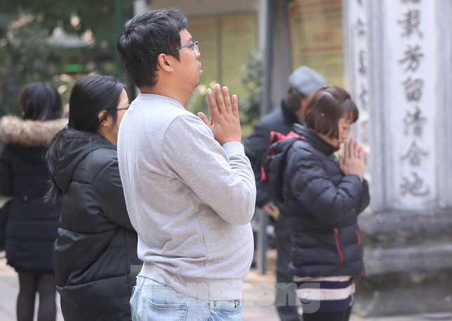 Nhiều người Hà Nội tranh thủ nghỉ trưa đi lễ 'Tứ trấn' ngày mùng 1 cuối cùng của năm ảnh 13