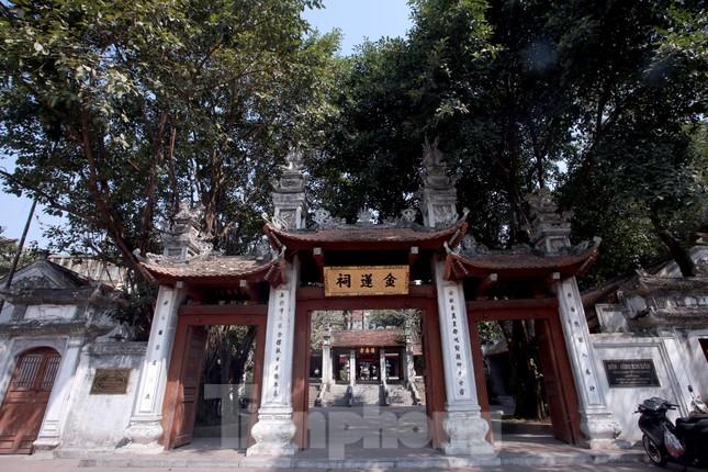Nhiều người Hà Nội tranh thủ nghỉ trưa đi lễ 'Tứ trấn' ngày mùng 1 cuối cùng của năm ảnh 1