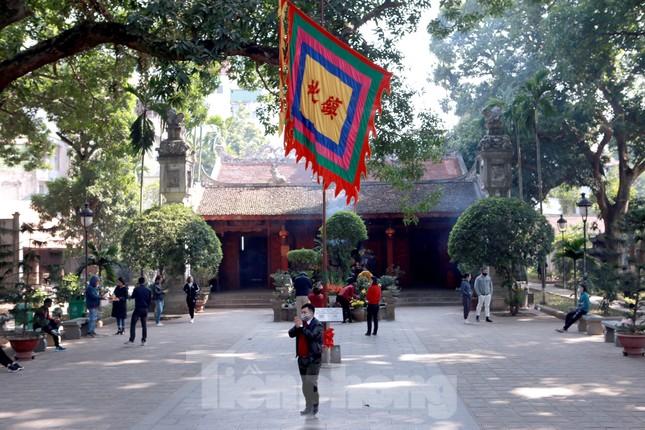 Nhiều người Hà Nội tranh thủ nghỉ trưa đi lễ 'Tứ trấn' ngày mùng 1 cuối cùng của năm ảnh 6