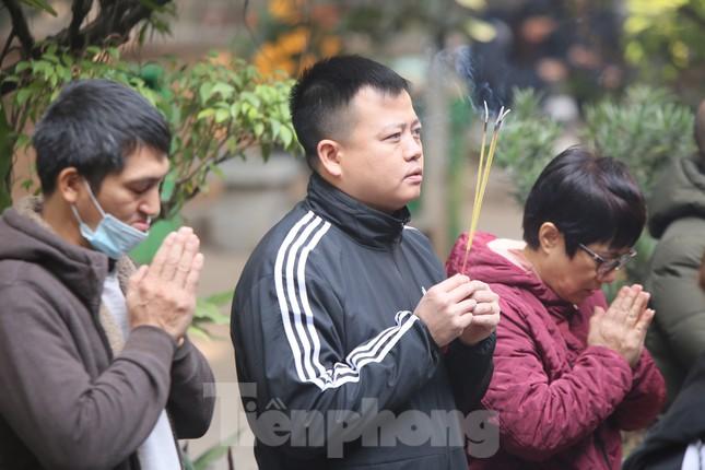 Nhiều người Hà Nội tranh thủ nghỉ trưa đi lễ 'Tứ trấn' ngày mùng 1 cuối cùng của năm ảnh 9