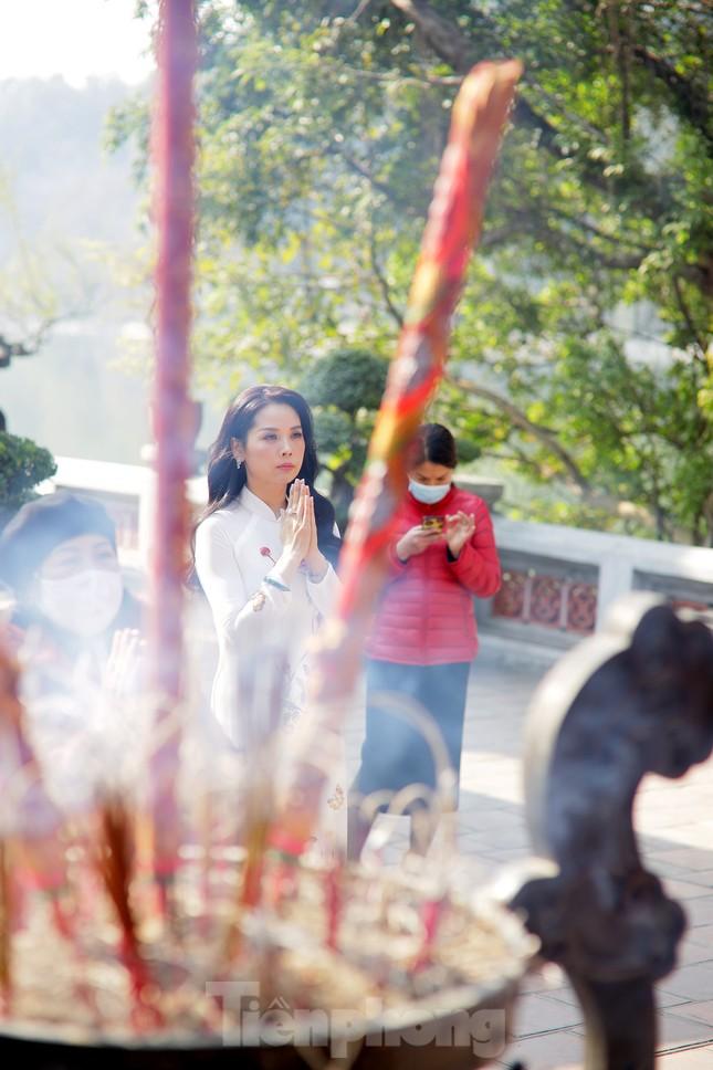 Nhiều người Hà Nội tranh thủ nghỉ trưa đi lễ 'Tứ trấn' ngày mùng 1 cuối cùng của năm ảnh 4