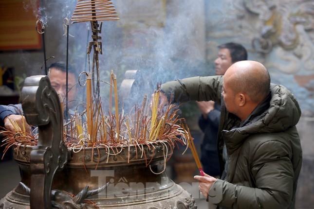 Nhiều người Hà Nội tranh thủ nghỉ trưa đi lễ 'Tứ trấn' ngày mùng 1 cuối cùng của năm ảnh 14